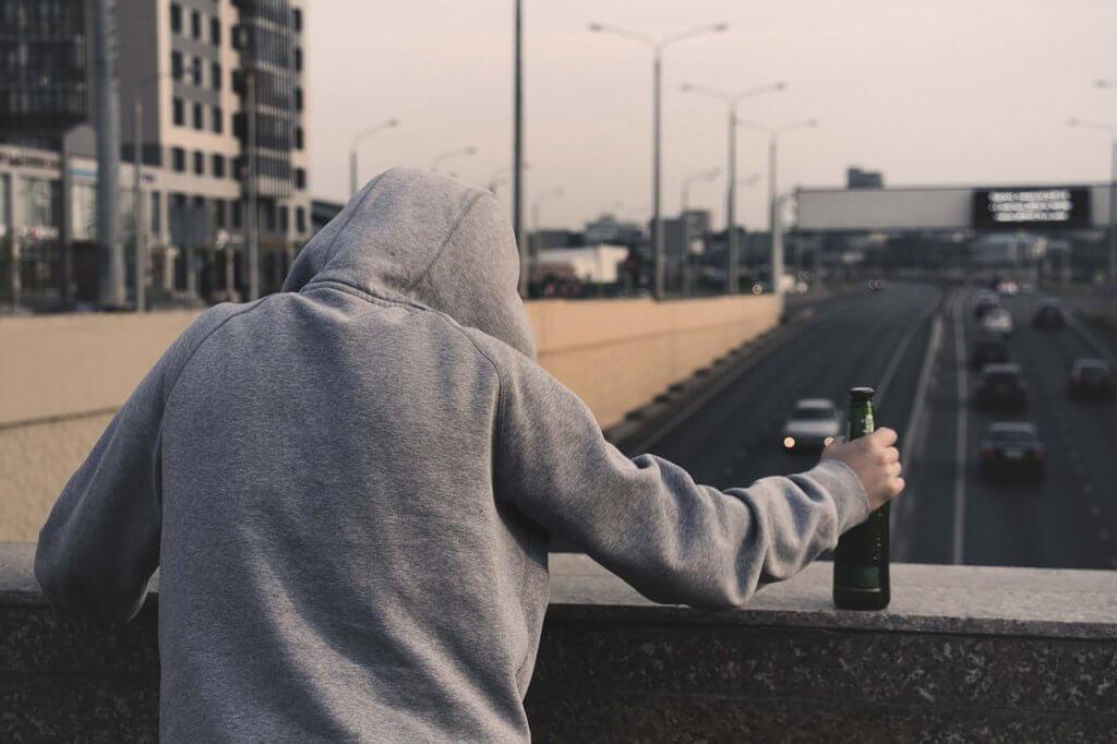 homem com garrafa alcoolismo