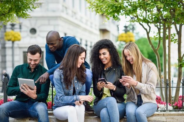 jovens no celular aplicativos para estudar