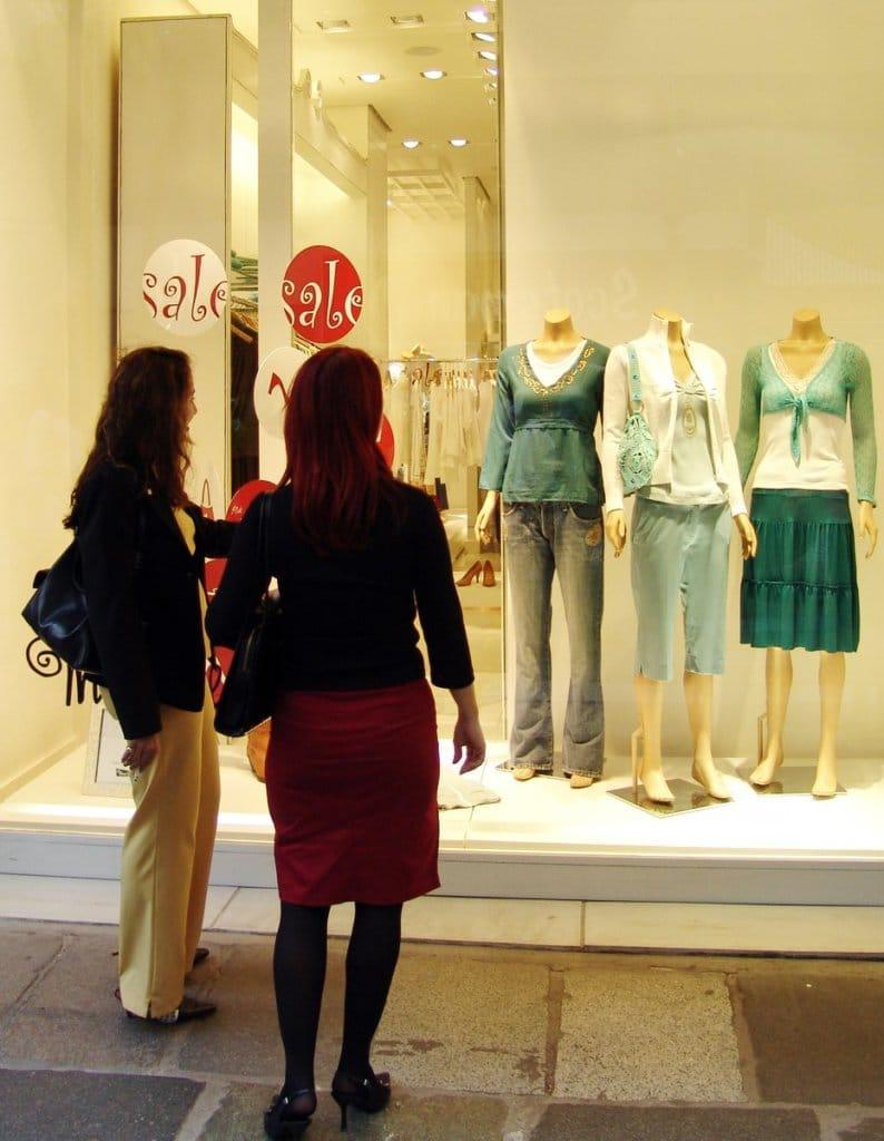 mulheres vitrine consumismo