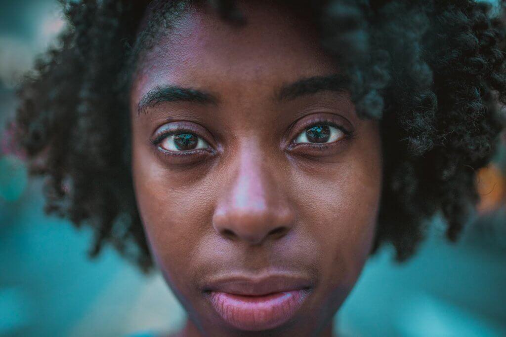 mulher negra séria dia da consciência negra