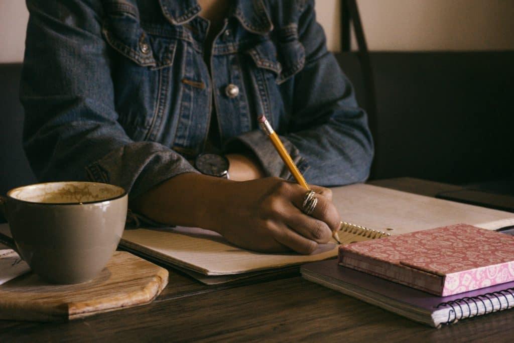 moça escrevendo texto dissertativo