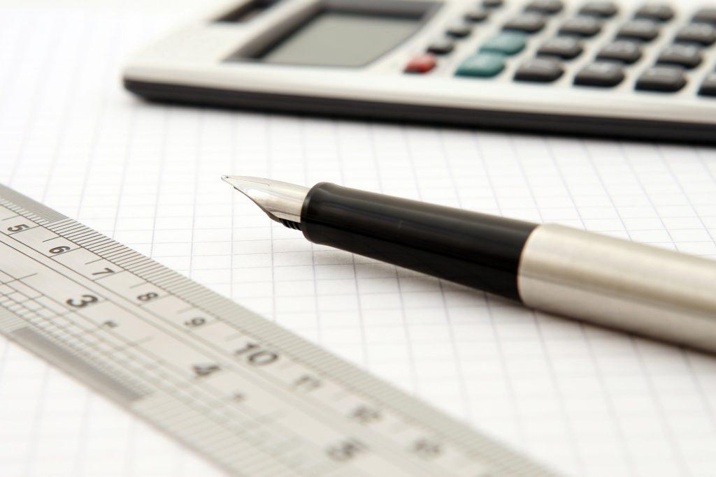 caneta e calculadora expressões numéricas