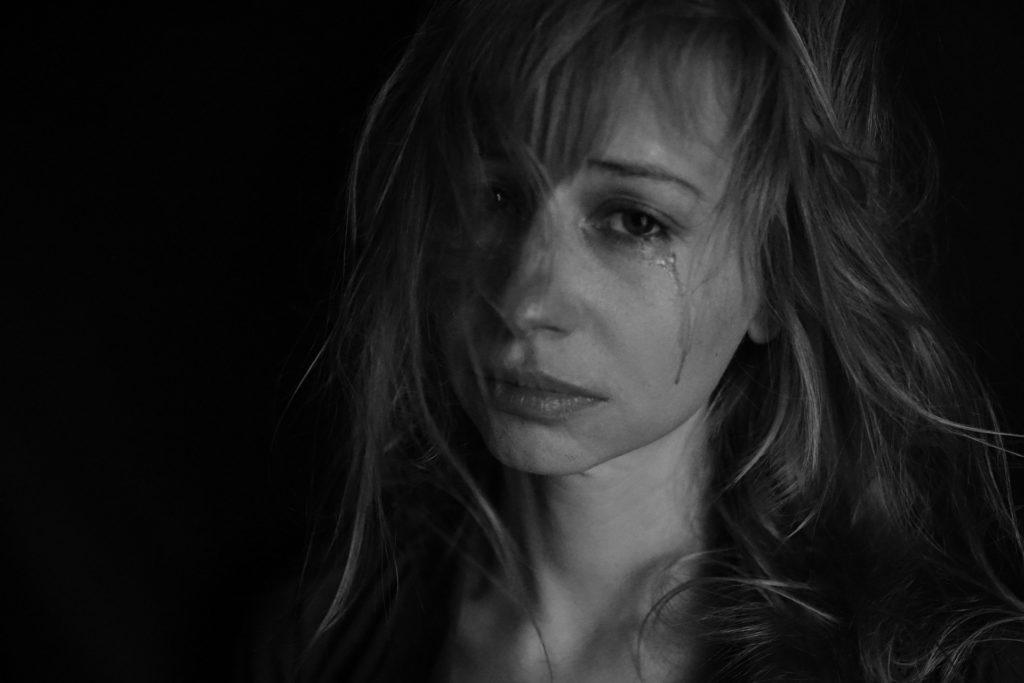 mulher chorando feminicidio