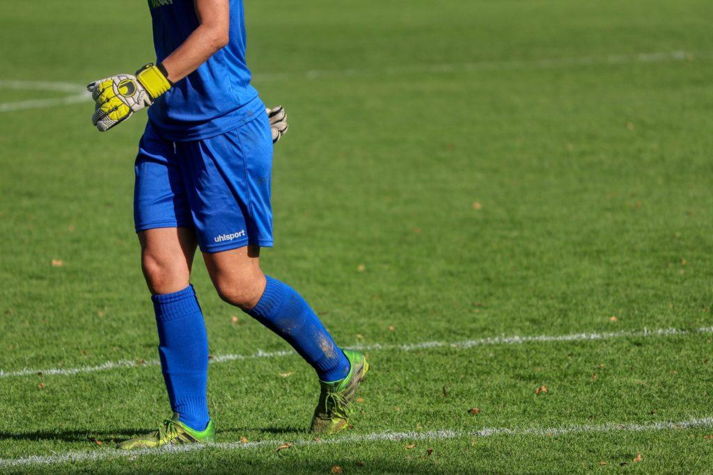 moça em campo futebol feminino