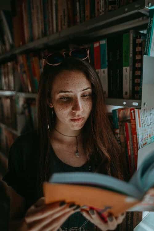 menina lendo prouni ou fies