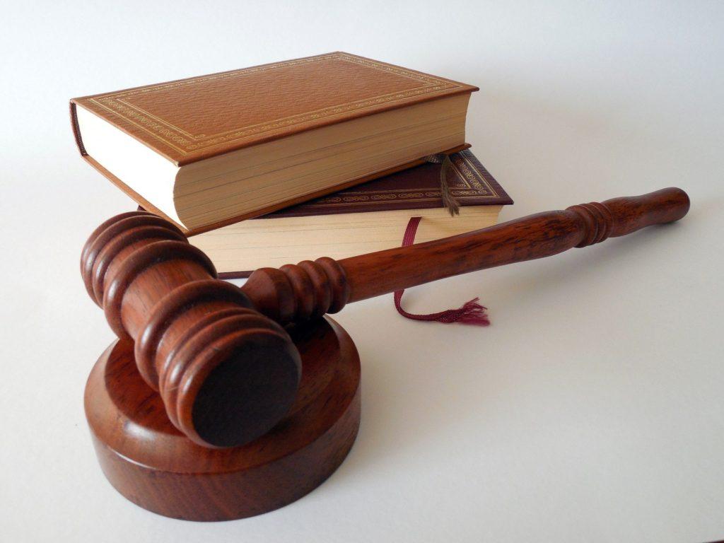 livros de Direito e martelo