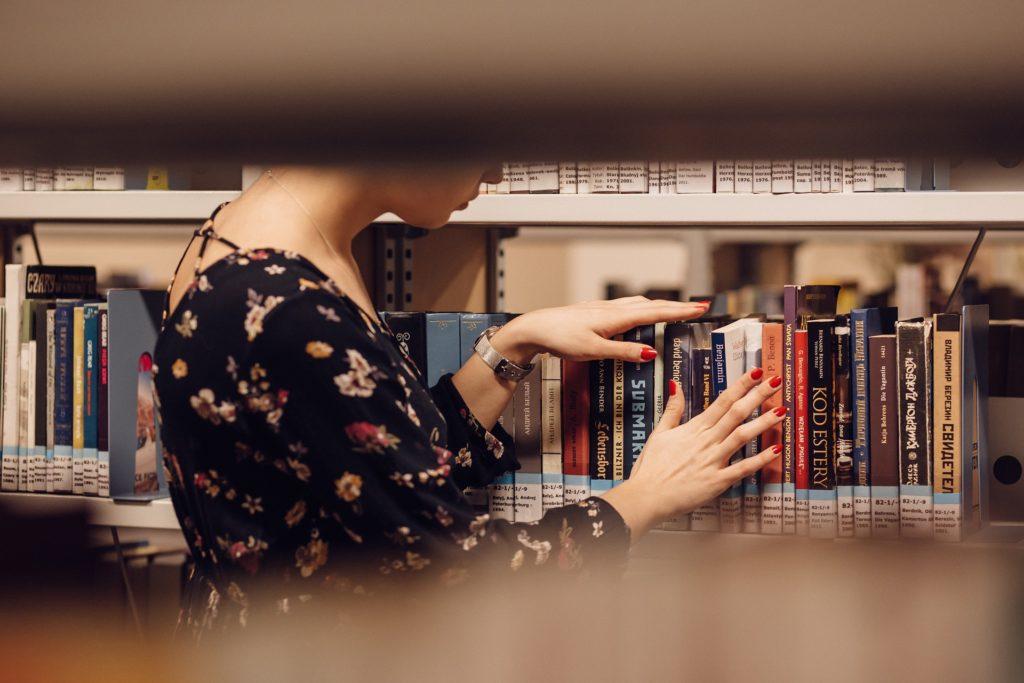 menina na biblioteca udesc