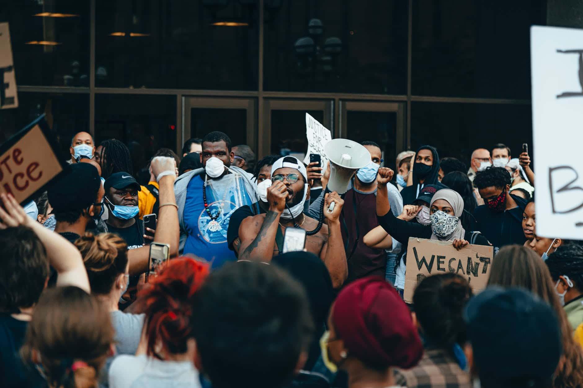 Racismo no Brasil e nos EUA: por que ainda persiste?