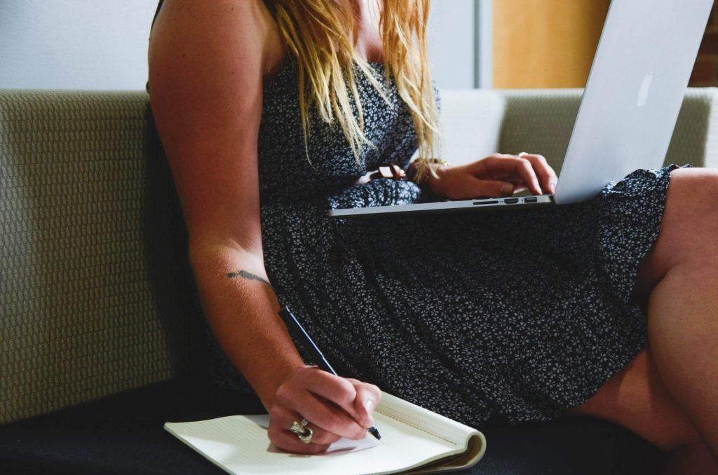 menina no computador lista de espera