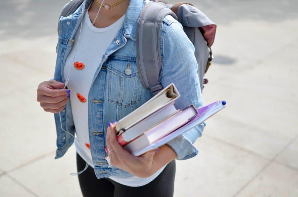 estudante com livros uneb